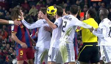 Ramos, en el momento de empujar a Puyol